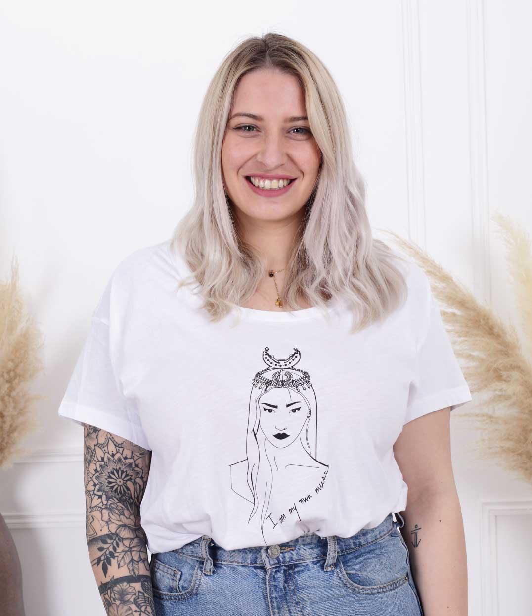 femme debout portant le tshirt coyoqui loose blanc de Leonor Roversi