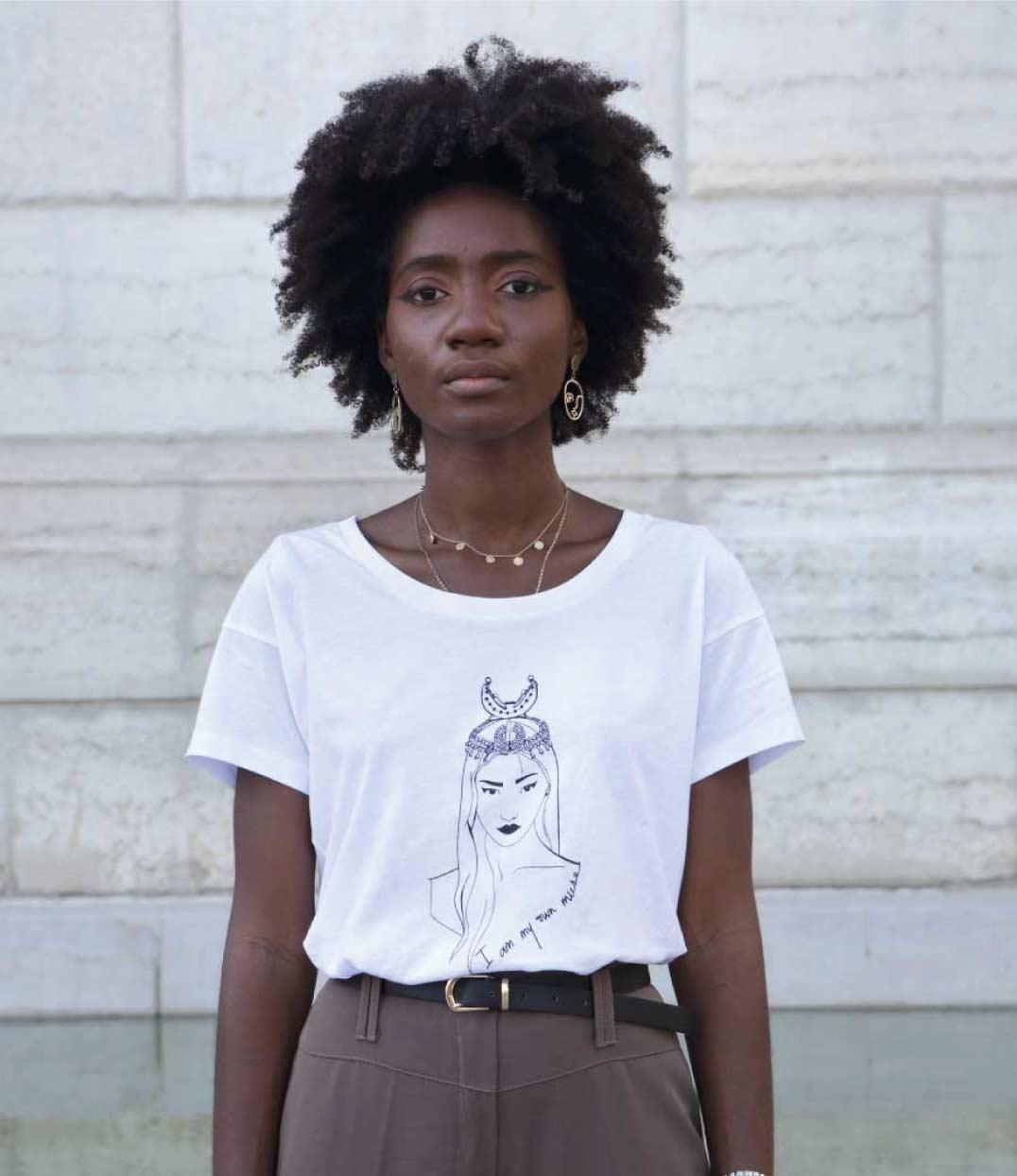 femme de face portant le tshirt coyoqui loose blanc de Leonor Roversi