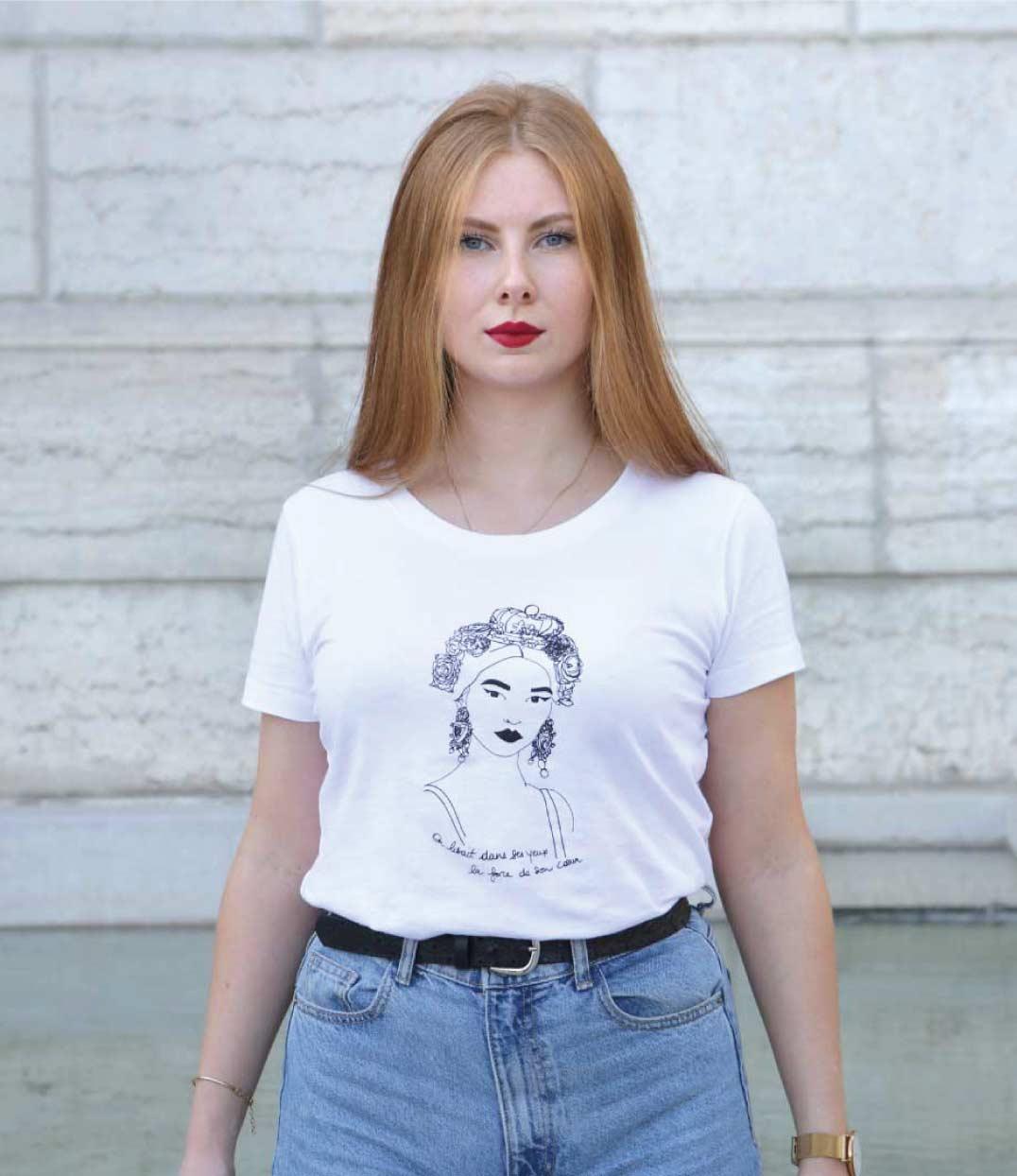 femme debout portant le tshirt esperanza de Leonor Roversi