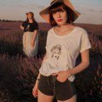 femme qui porte un t-shirt esperanza blanc leonor roversi dans un champ de lavande