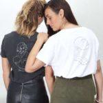 Deux femmes sont de dos et portent les t-shirts freyja et sekhmet blanc