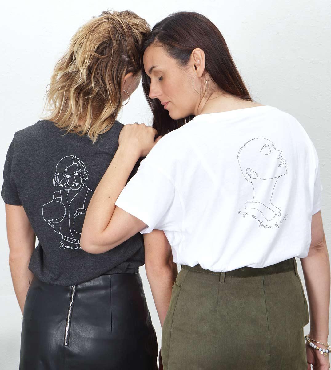deux femmes pour la sororité portant des t-shirts inspirés de mythologies anciennes