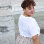 femme portant un t-shirt blanc en coton bio