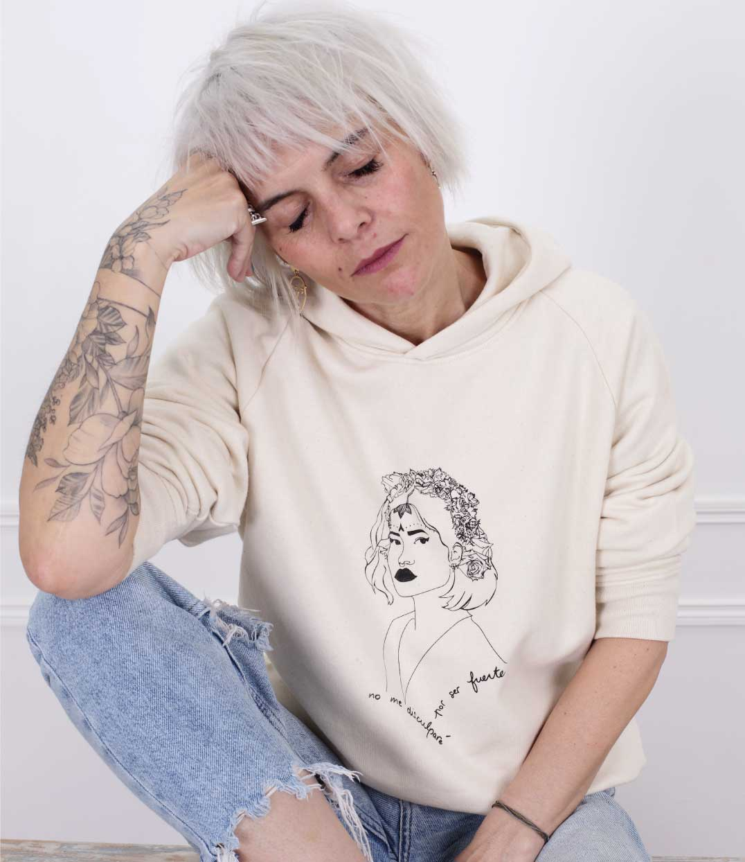 femme de face portant le sweatshirt lupita creme de Leonor Roversi