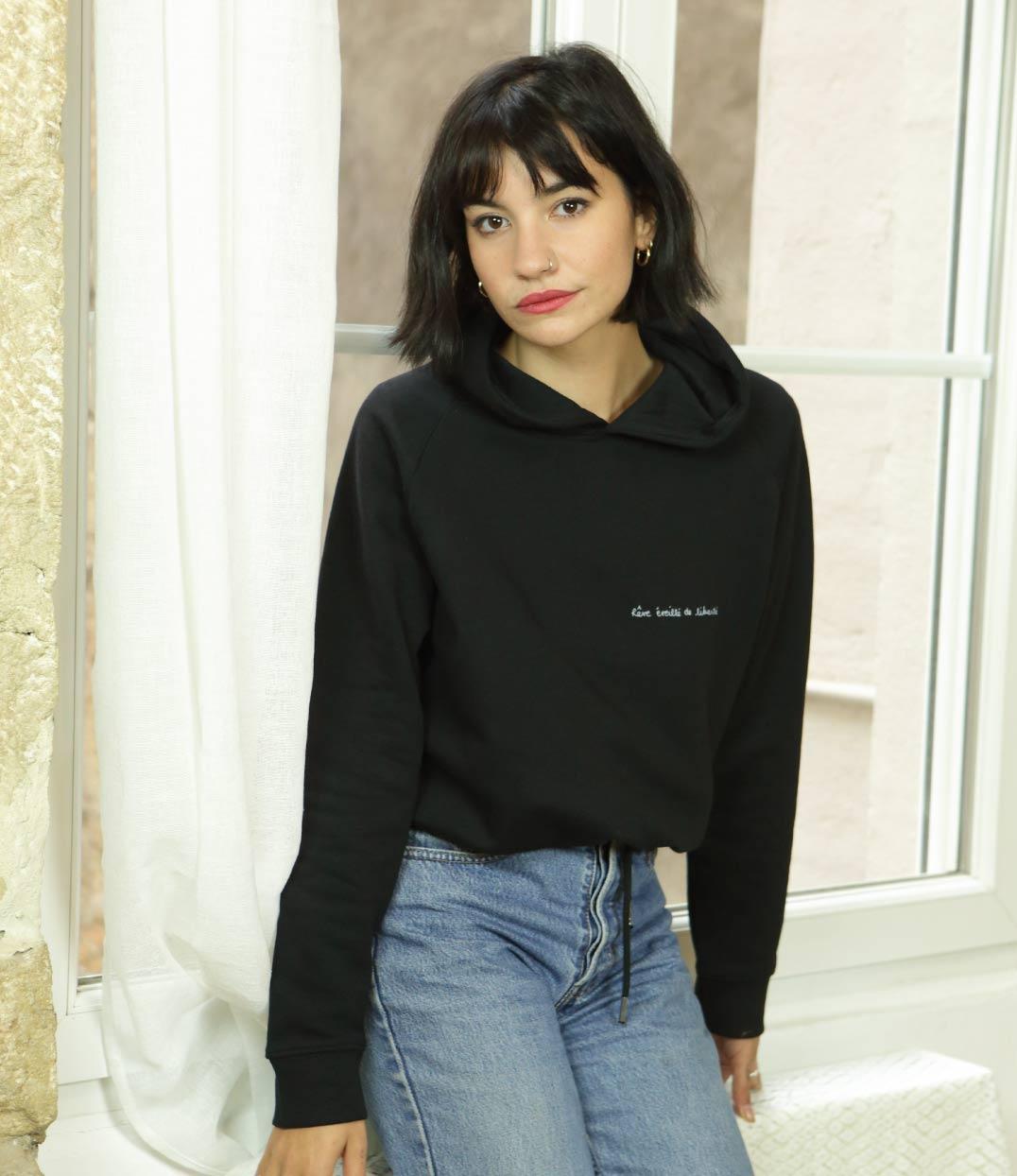 femme portant sweatshirt à capuche noire en coton bio