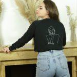 femme portant un sweatshirt noir ecoresponsable