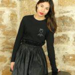 femme se tenant sur un tabouret portant un tshirt manche longue noir avec frida leonor roversi