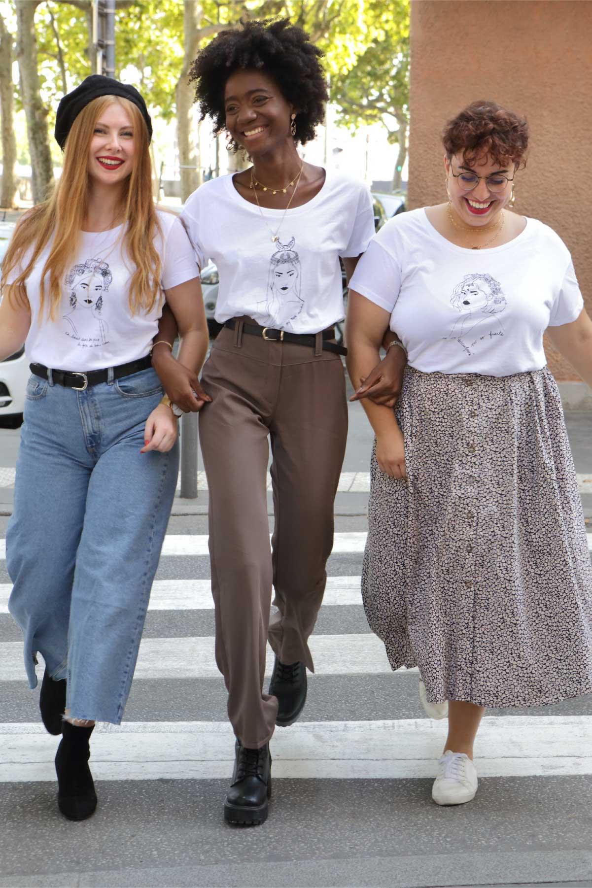 3 femmes qui traversent la rue mains dans la main avec les nouvelle collection reinas leonor roversi