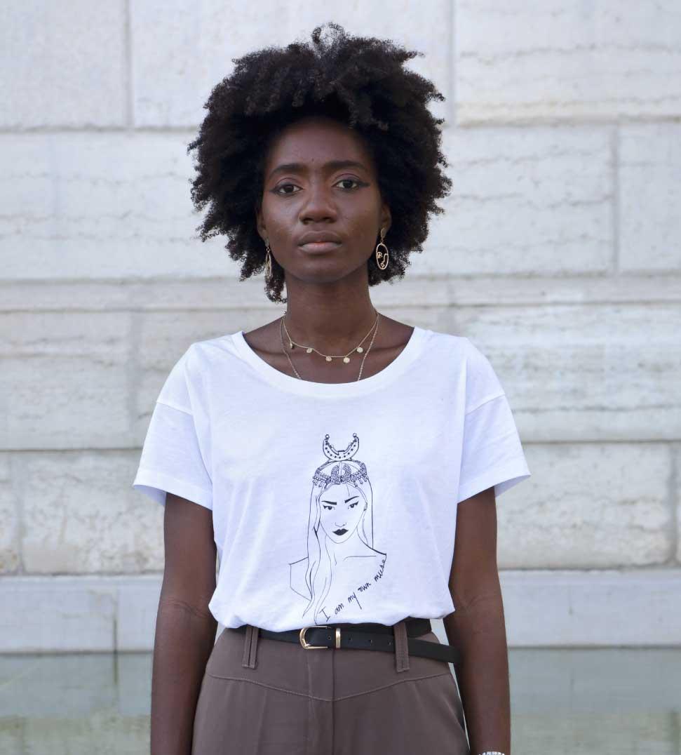 femme noire qui porte le t-shirt loose coyoqui