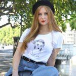 femme blanche qui porte un t-shirt loose esperanza de la collection reinas