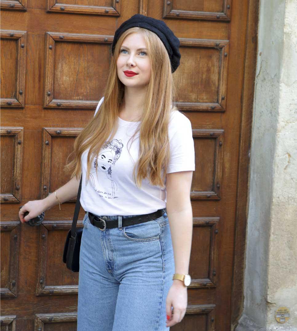 femme blanche qui porte le t-shirt esperanza blanc avec un jean