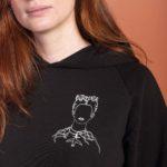 Un zoom sur sweat à capuche noir frida leonor roversi