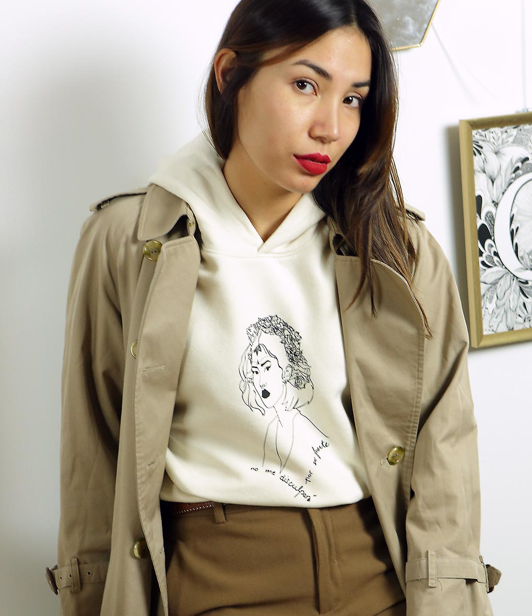 femme portant un sweatshirt creme à capuche et un trenchcoat beige