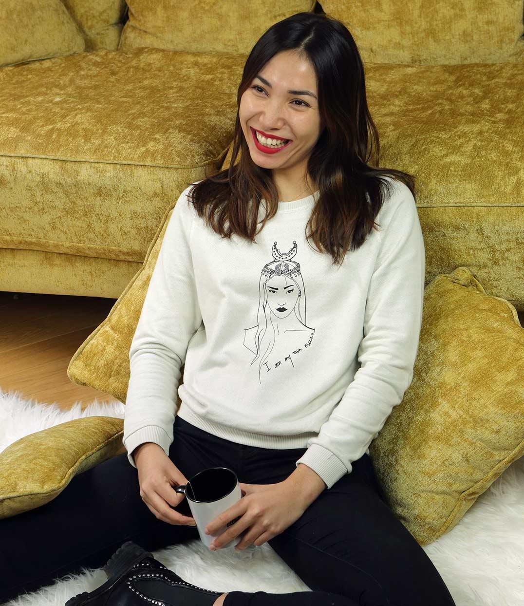 femme assise souriante portant sweatshirt vintage coyoqui creme leonor roversi