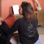 femme de dos dans le salon avec sweat freyja noir