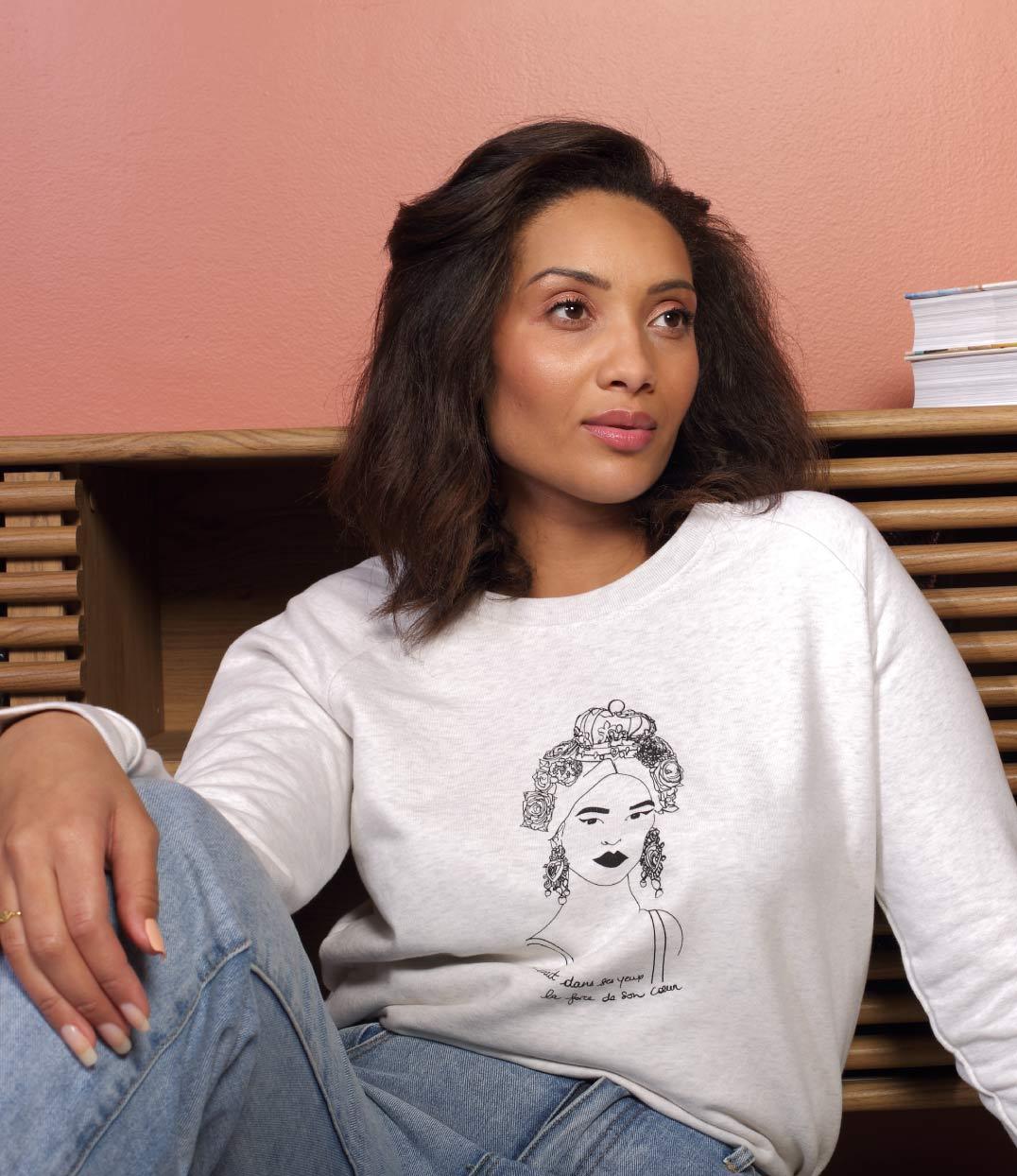 femme assise avec le sweat creme esperanza leonor roversi