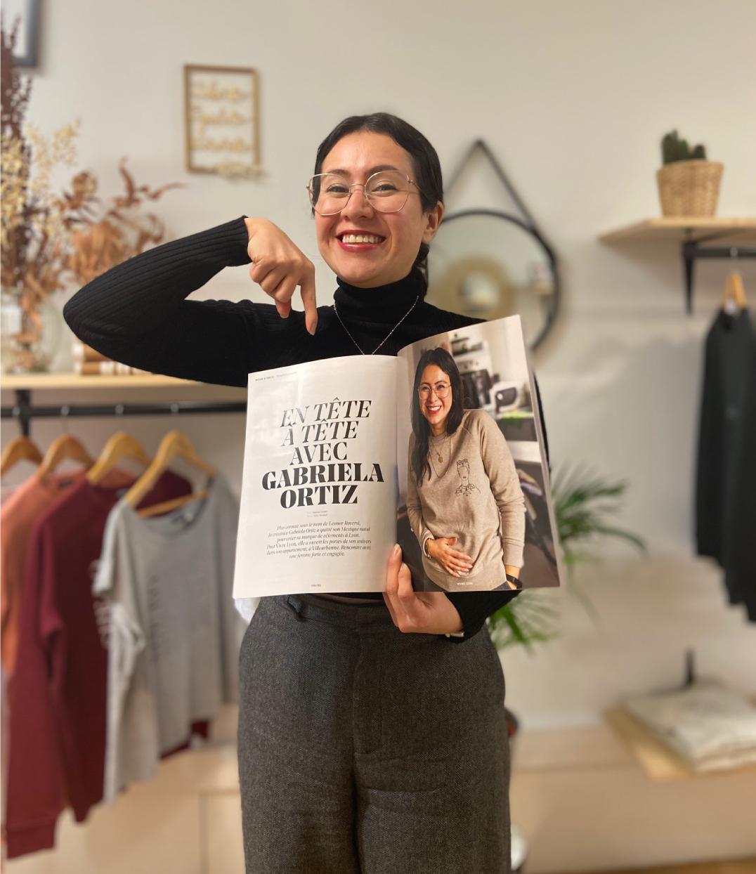 Gabriela la creatrice qui montre un article vivre lyon
