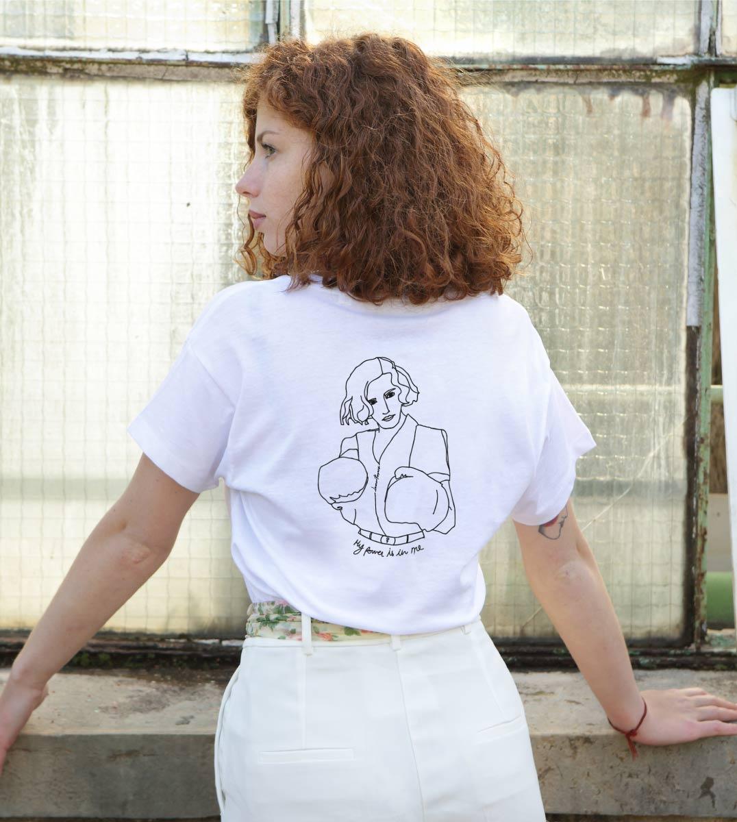 femme aux cheveux bouclés de dos portant le t-shirt loose freyja blanc