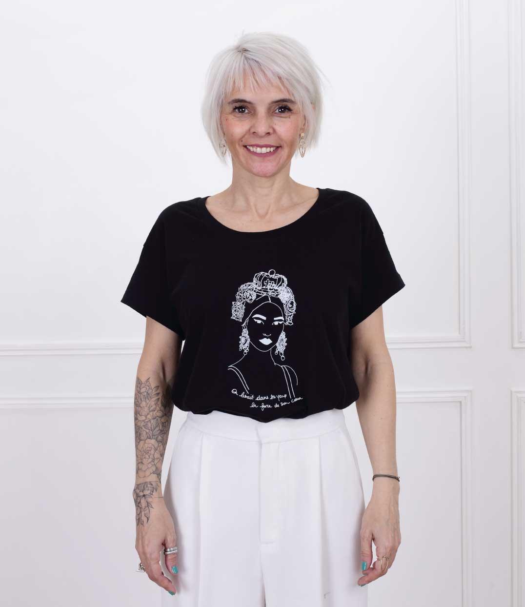 femme debout portant le tshirt esperanza loose noir de Leonor Roversi
