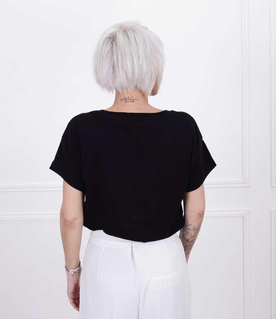 femme de dos portant le tshirt esperanza loose noir de Leonor Roversi