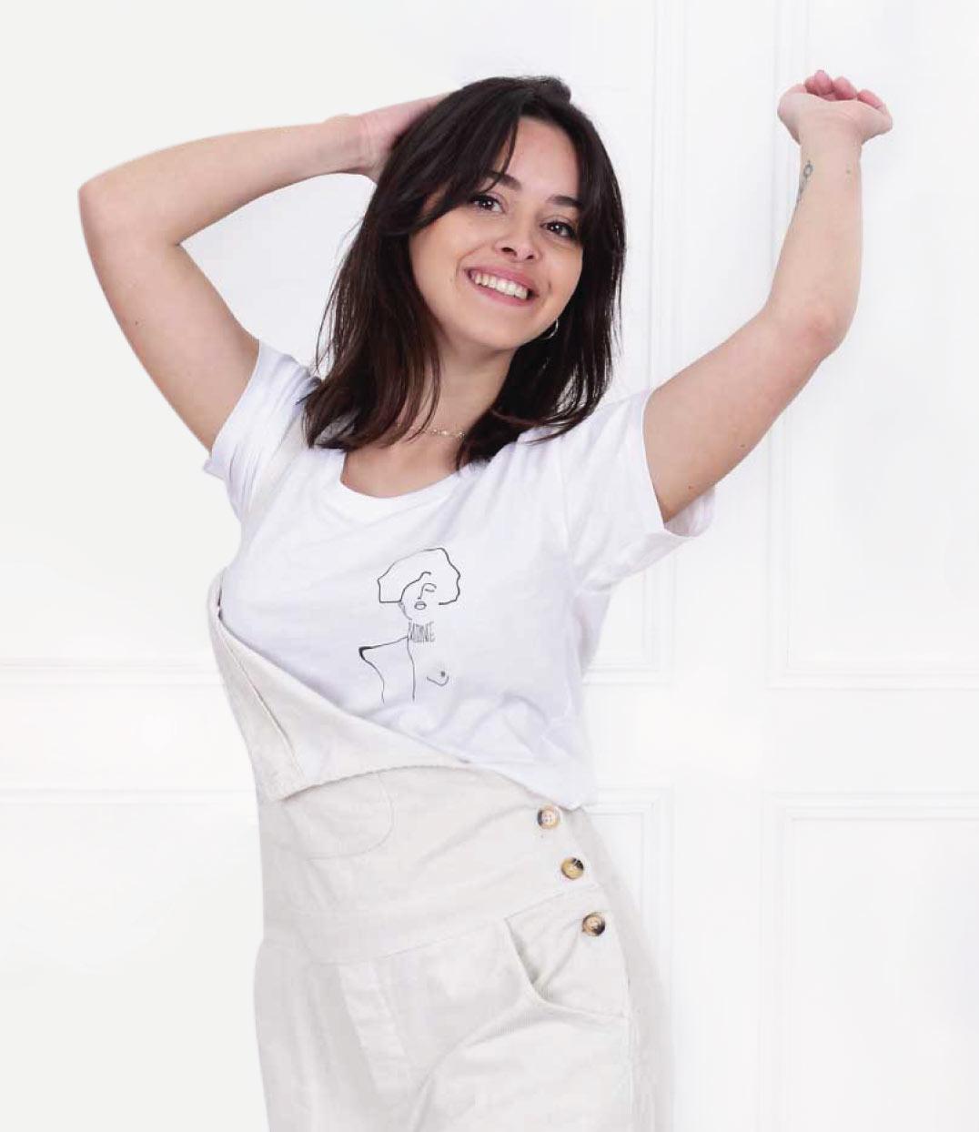 femme les mains levées portant le tshirt klimt blanc de Leonor Roversi