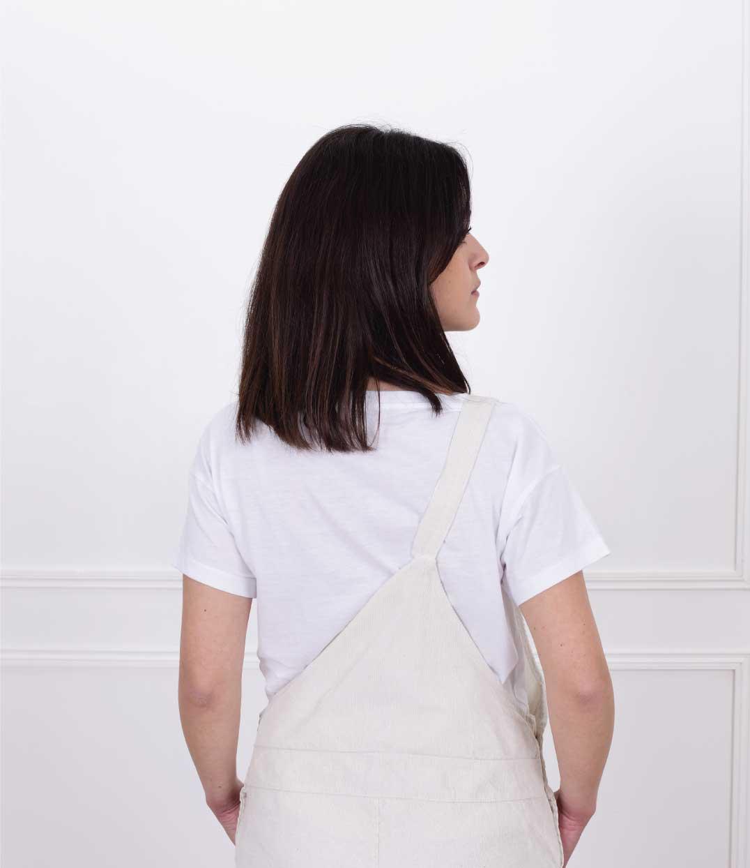 femme de dos portant le tshirt klimt loose blanc de Leonor Roversi