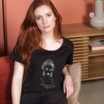 Femme avec le t-shirt noir Leonor Roversi, esperanza, asisse