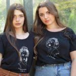 deux femmes qui portent t-shirt noir loose Esperanza de la collection reinas leonor roversi