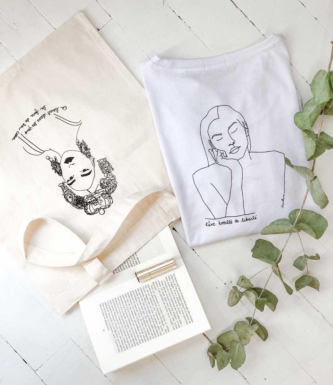 tote bag esperanza et tshirt thémis Leonor Roversi posés sur une table avec une jupe en jean