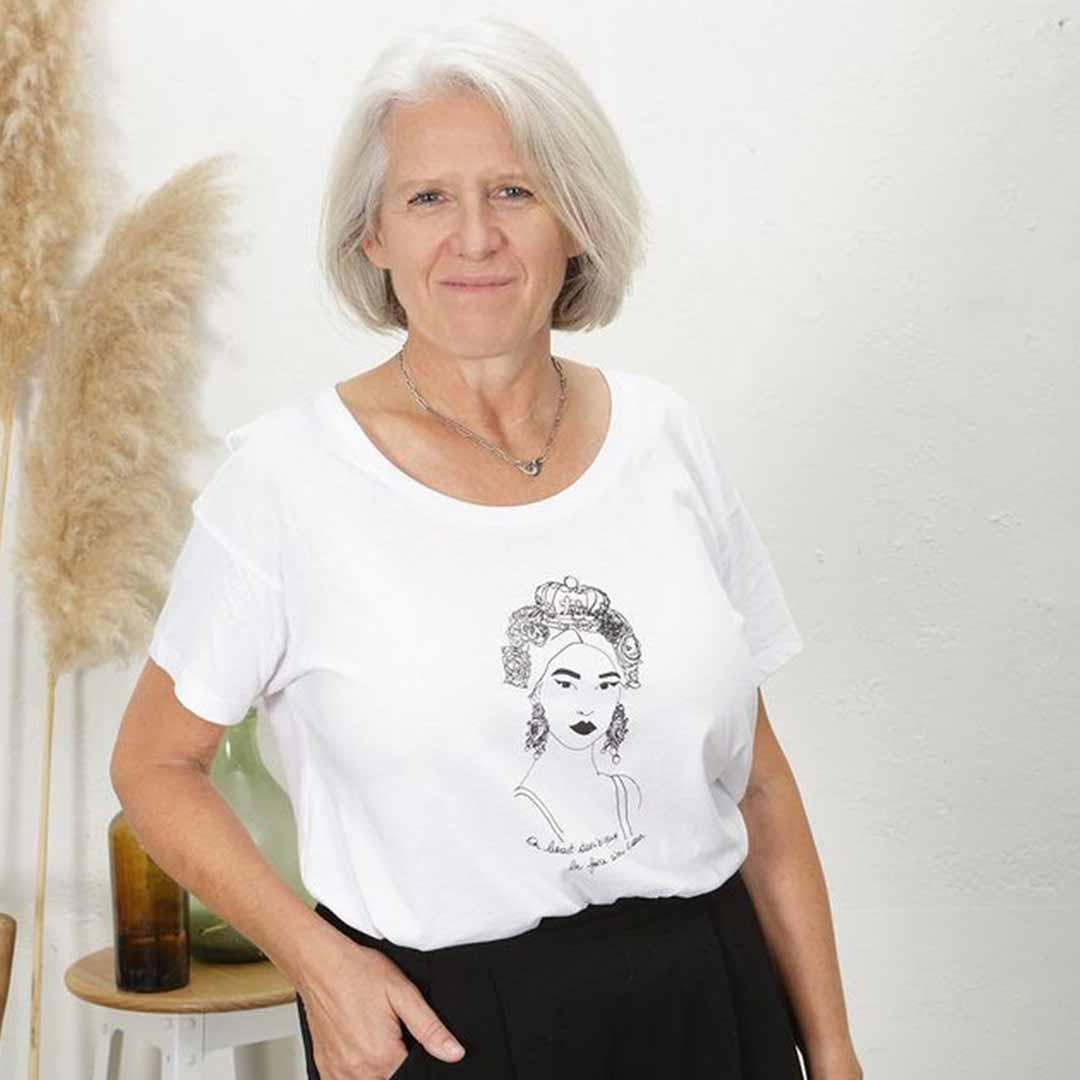 femme de face portant le tshirt esperanza loose blanc de Leonor Roversi