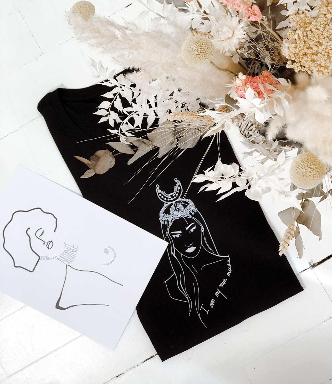 tshirt coyoqui noir loose plié à côté d'une affiche Klimt Leonor Roversi