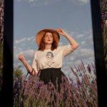 femme qui porte t-shirt lupita crème leonor roversi dans un champ de lavande