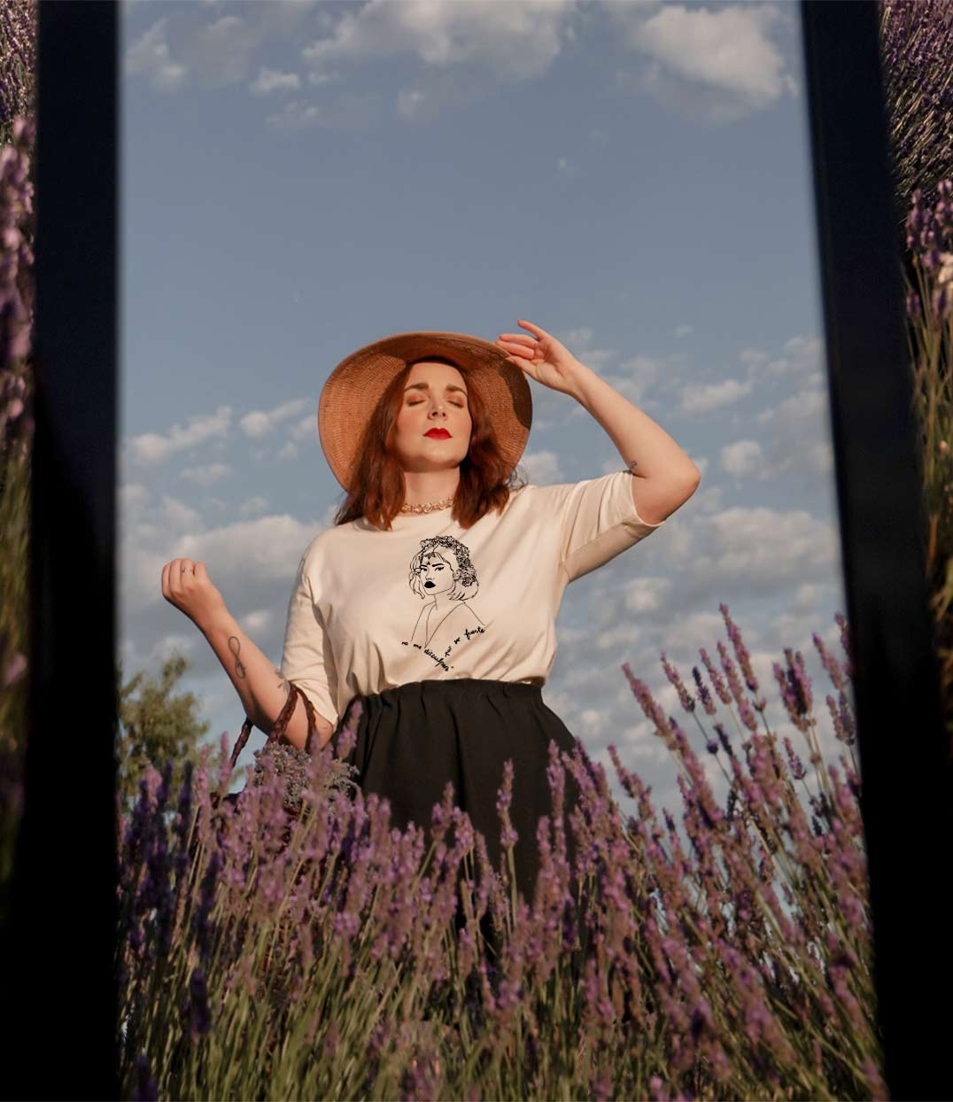 femme qui porte t-shirt lupita blanc leonor roversi champ de lavande