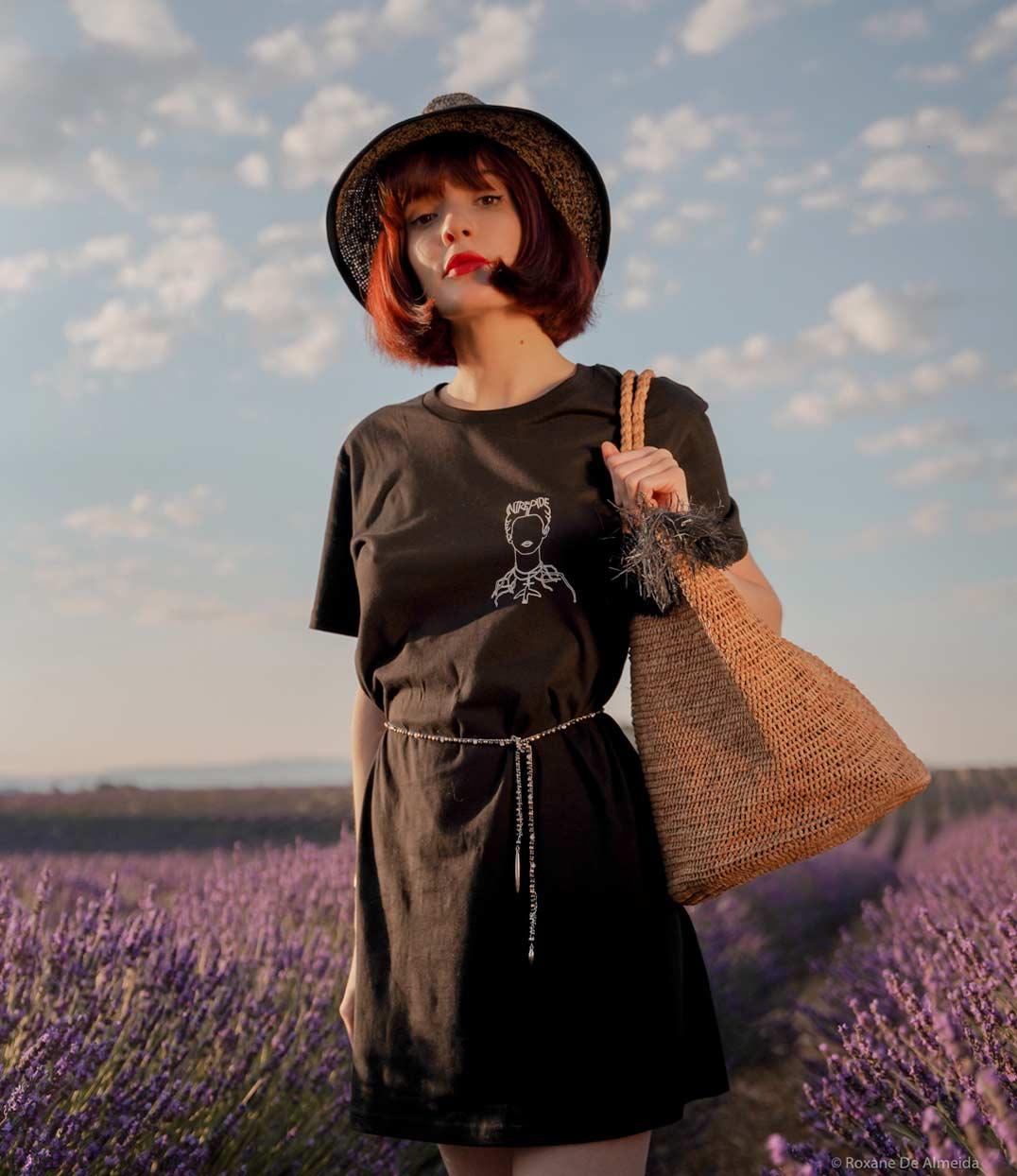 Femme qui porte robe frida noire Leonor Roversi dans un champ de lavande