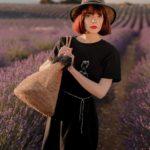 femme qui porte une robe noire Frida Leonor Roversi dans un champ de lavande