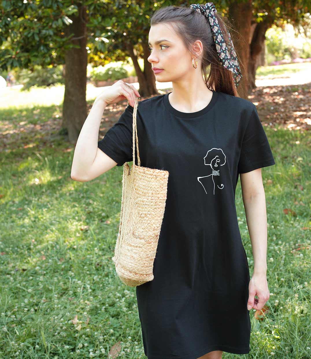 femme qui porte une robe noir klimt leonor roversi