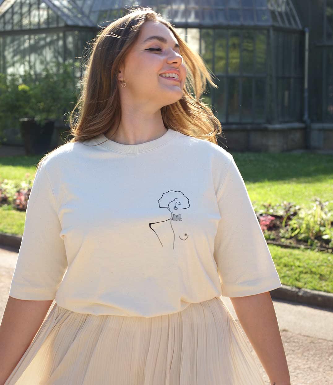 femme souriante qui porte un t-shirt crème KLIMT en coton bio de la marque leonor roversi