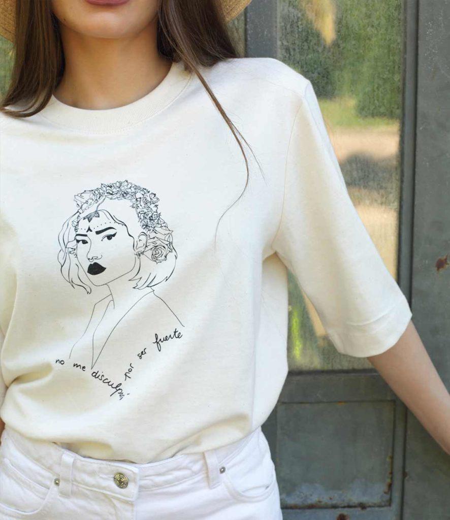 femme qui porte un t-shirt crème avec la couleur naturelle du coton bio e la marque Leonor ROVERSI