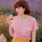 Femme qui porte un t-shirt rose klimt leonor roversi